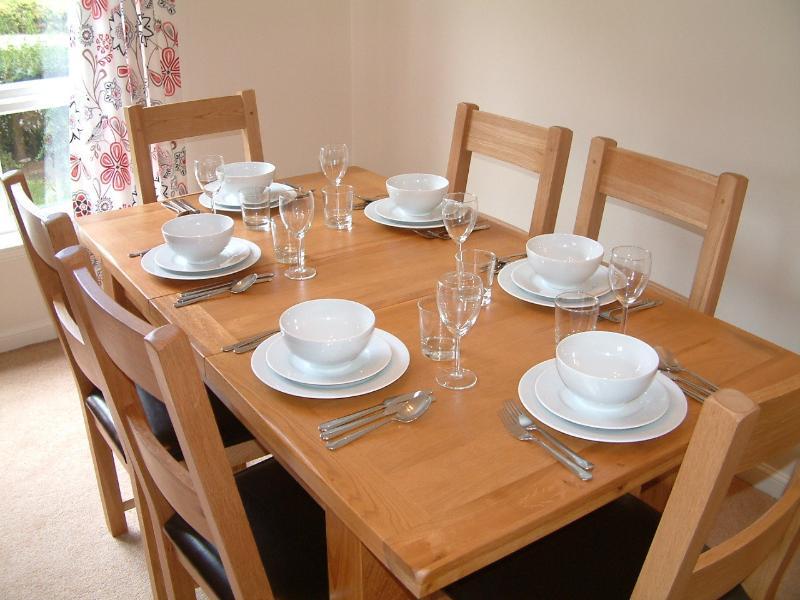 Salón: la mesa de comedor para seis personas.
