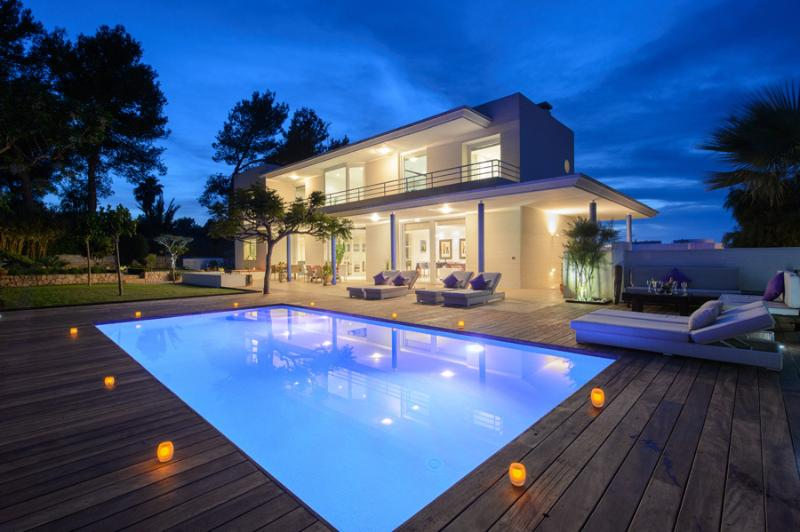 Enchanting villa with private garden and outdoor swimming pool by night