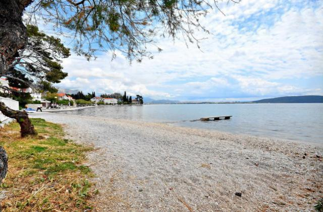 Seafront apartment near Split, vacation rental in Kastela