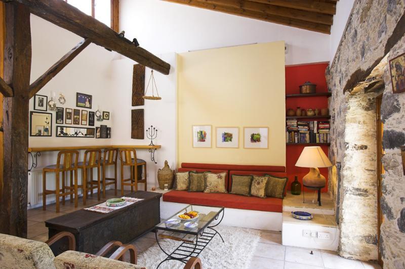Sala de estar dispõe de uma pequena biblioteca e um baú antigo