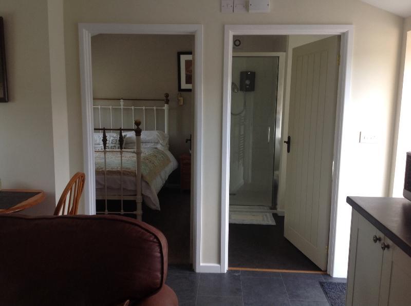 Habitación dormitorio y ducha