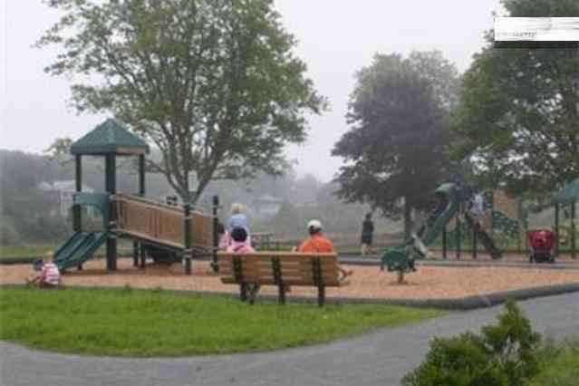 Walk to new Sea View Children's/Pet Park.