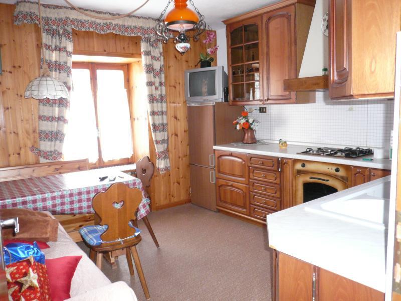 Cucina abitabile ben attrezzata e soggiorno