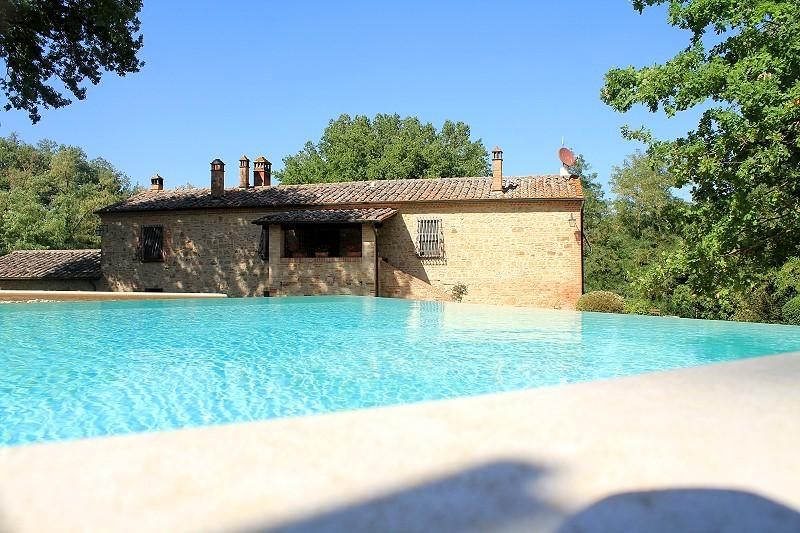 7 bedroom Tuscan farmhouse near rennaissance town of Montepulciano, features include jacuzzi, private garden and pool, location de vacances à Montepulciano