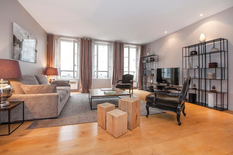 Living room with 3 double glass windows giving to the famous rue Mazarine