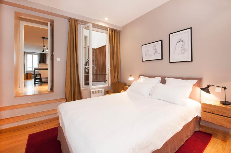 Quarto Suite com cama queen size e uma decoração muito agradável