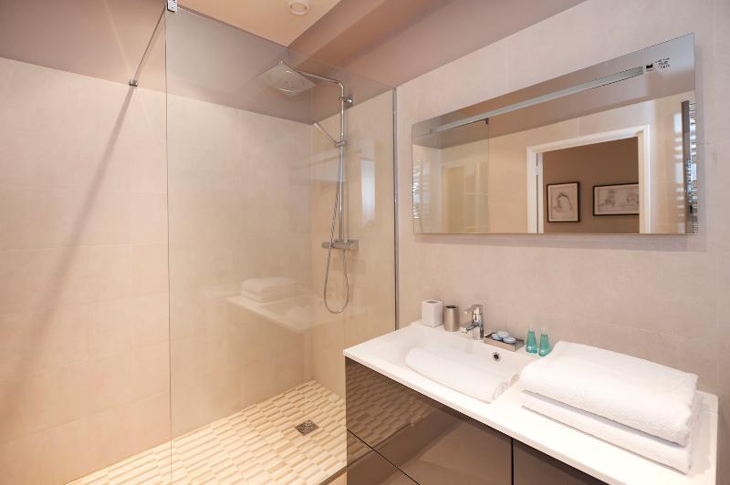 Casa de banho com chuveiro grande