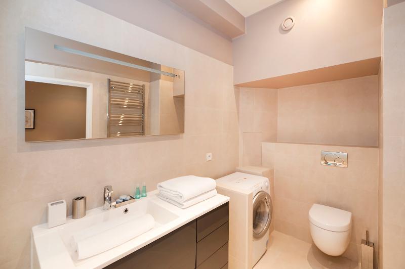 Casa de banho completa com máquina de lavar e secar roupa e WC