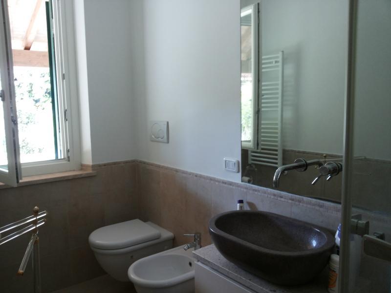 Uno dei tre bagni con ampia doccia