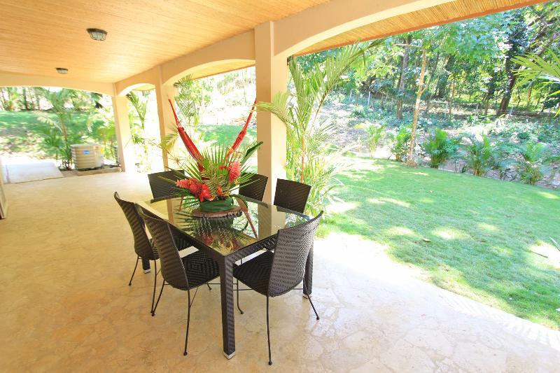 Une terrasse, en fait un tropical très grand terrasse pour profiter de la brise de mer et de la chaleur tropicale.
