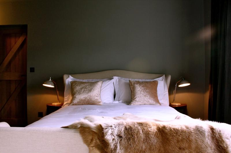 Winged bed, touch sensitive side lights and dark atmospheric walls