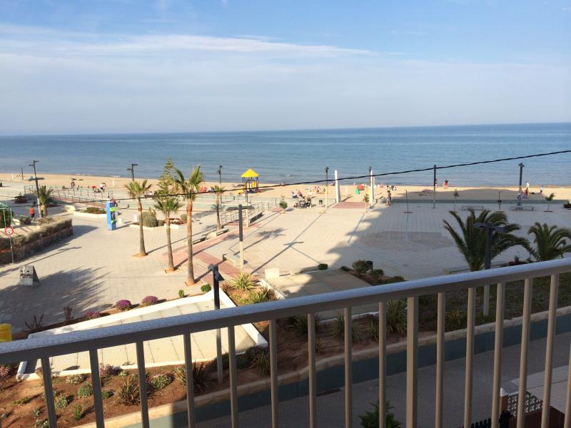 koppla från terrassen tittar på stranden och havet
