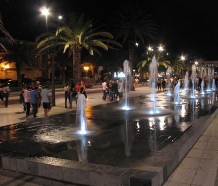 Fuente en el paseo marítimo en la noche Roseto
