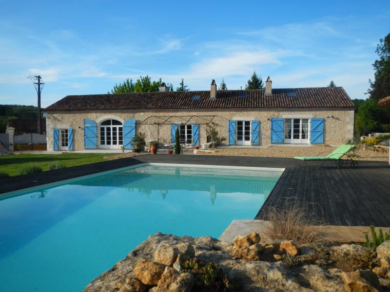 façade de la longère et ses terrasses orientées sur la piscine et plein sud pour profiter du soleil