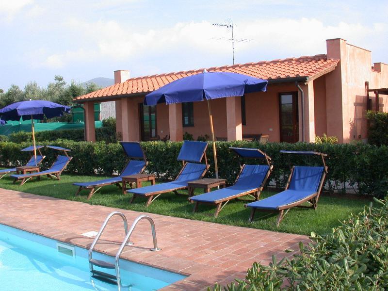 piscina attrezzata con lettini e ombrelloni