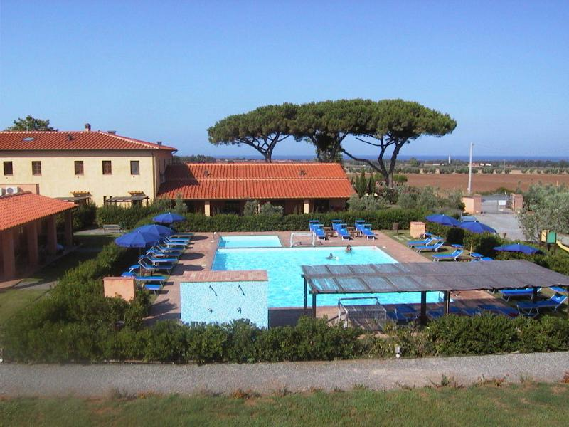 Vista della piscina grande e piccola, verso il mare