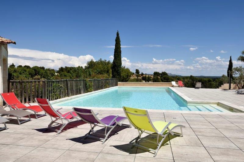 piscine avec vue sur les Alpilles