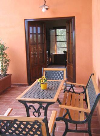 loggiato attrezzato con tavolo e sedie
