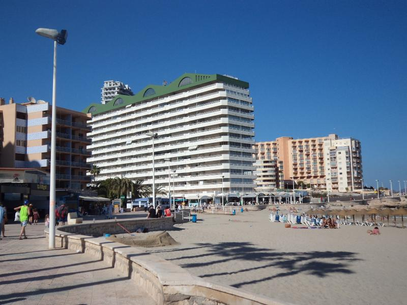 Beach Front Apartment - Calpe - A/C - Wi Fi -UK TV, holiday rental in Calpe