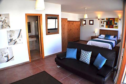 La master suite y mini sala de estar, baño privado con TV