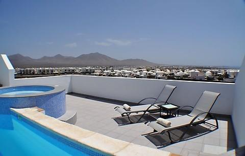 Spectacular 180 degree views of the mountains, the sea and Fueteventura