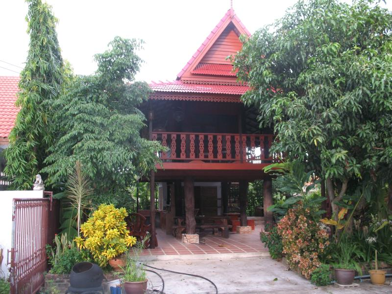 teak house chiang mai, holiday rental in Ban Pong