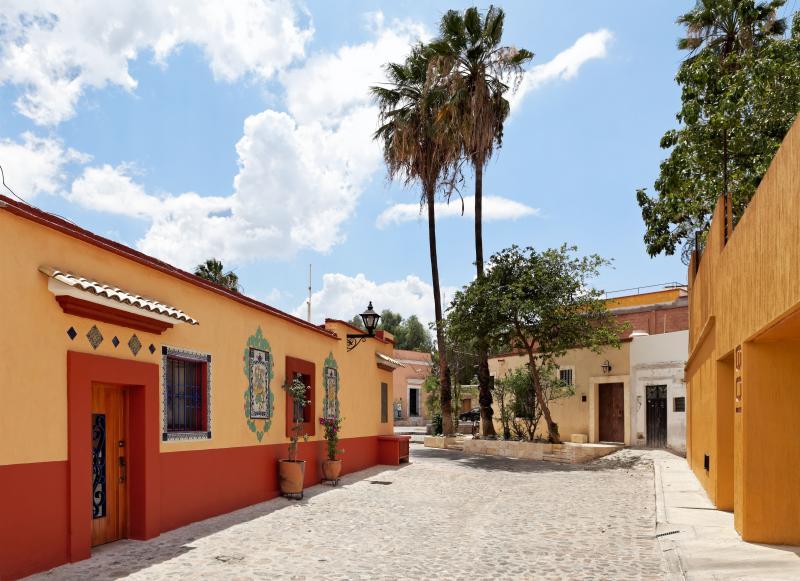 A entrada para o apartamento está em uma rua tranquila, Callejón Félix Díaz.