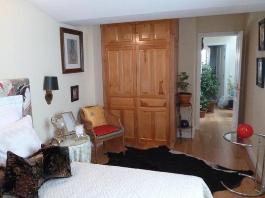 Lit double dans la chambre orientale, porte de placard, vue du couloir entre les deux chambres.