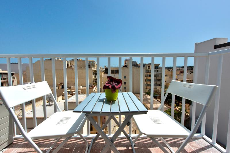 Off the Beach St Paul's Apartment, holiday rental in St. Paul's Bay