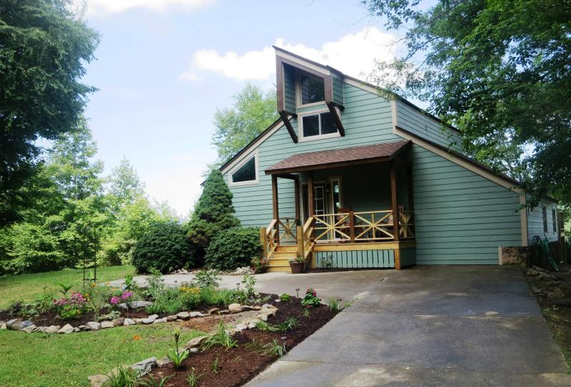 Mountain Vista Retreat...private 4 acres, amazing view, hot tub, near H'ville, Ferienwohnung in Hendersonville