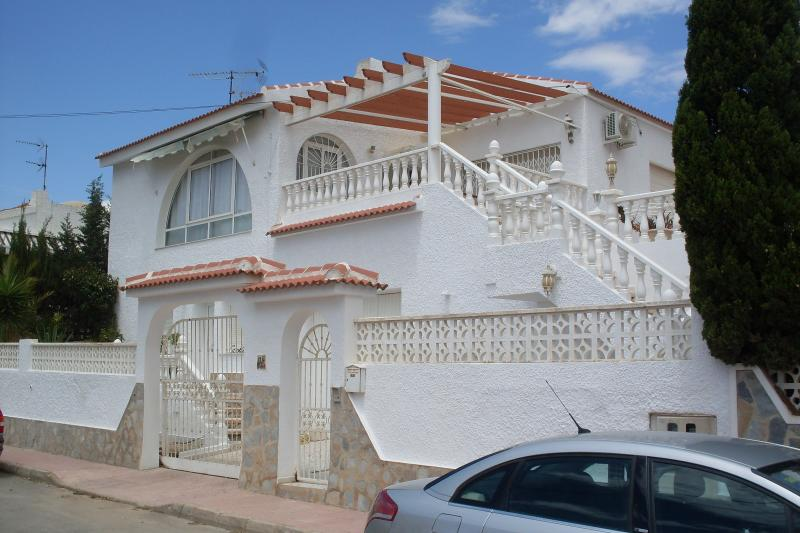 Blue Lagoon Large Villa and Private Pool Close to Amenities, Spacious, location de vacances à San Miguel de Salinas