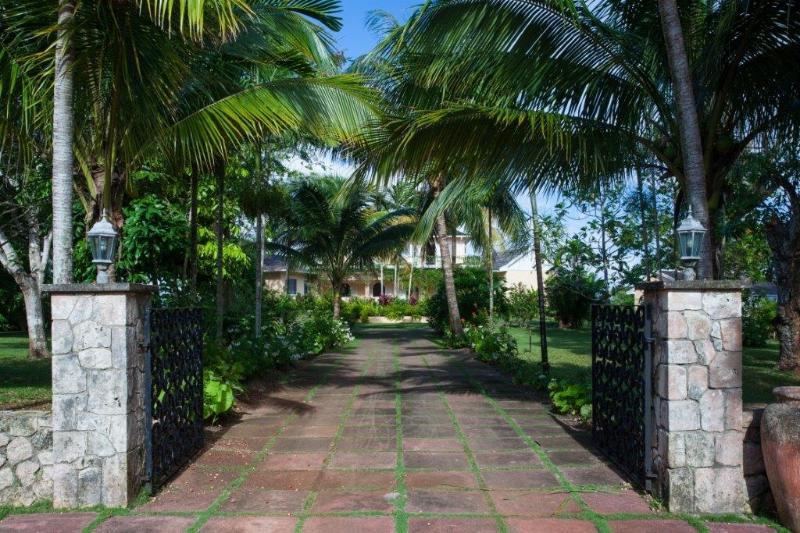 Entry driveway
