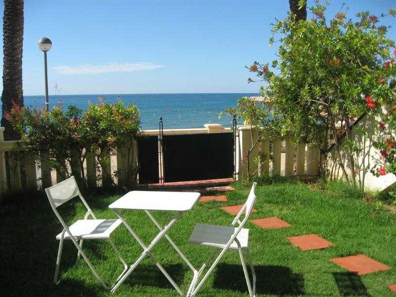Garden with direct access to the beach