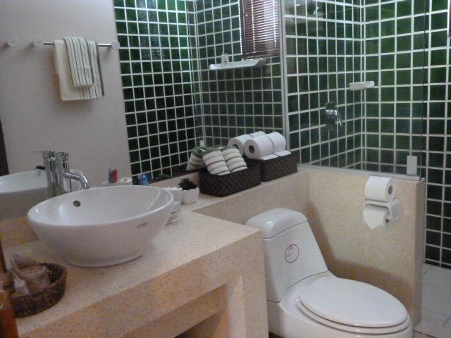 Main bathroom off bedroom 3