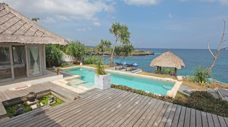 Villa Lumba Lumba ..spectacular waterfront ., vacation rental in Ped