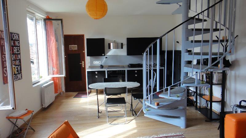Una scala a chiocciola conduce alle due camere al piano superiore. Parquet in tutto.