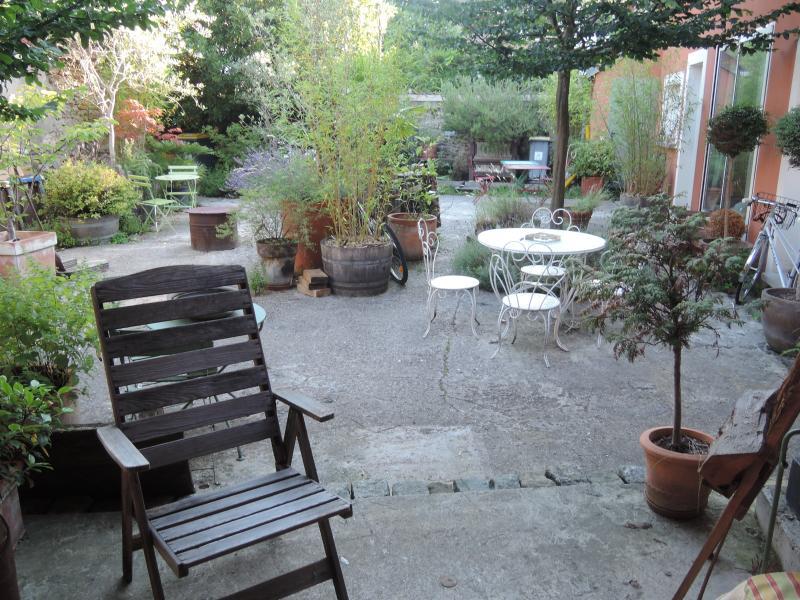 vue sur une partie de  la cour , de la terrasse couverte