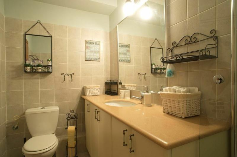 le bain, un grand placard et beaucoup d'endroits de stockage