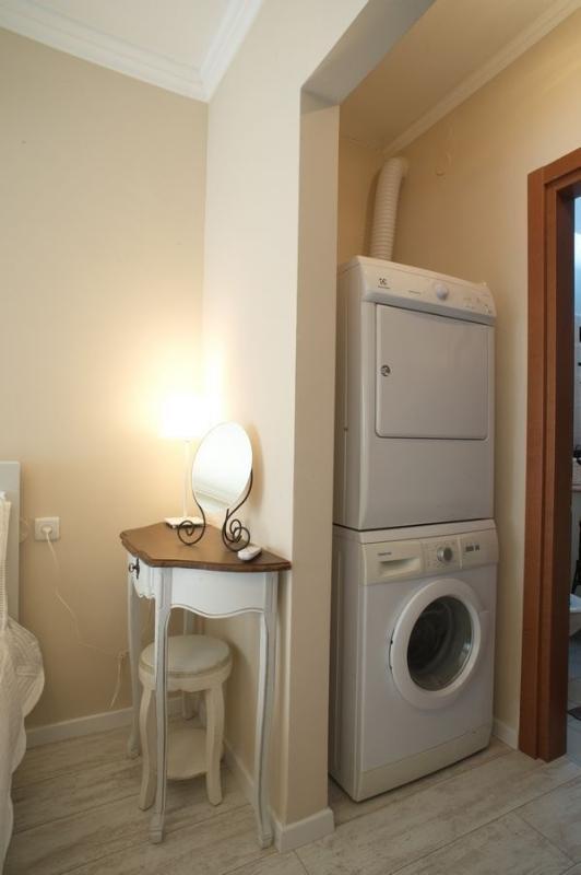 une machine à laver et un sèche-linge