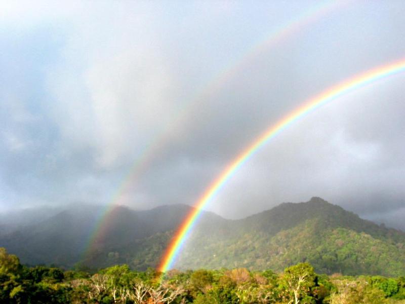 Doble arco iris justo en nuestro patio trasero