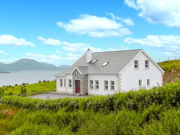 WEST TOWN, fantastic views, multi-fuel stove, WiFi, child-friendly cottage in, holiday rental in Carndonagh