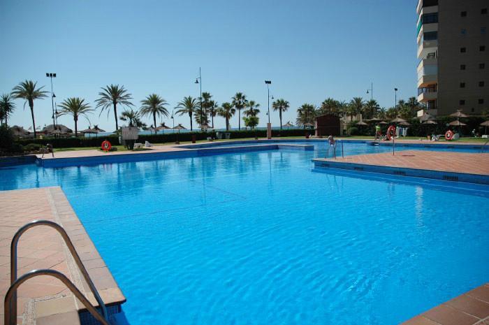 Preciosa piscina muy grande al lado del mar...