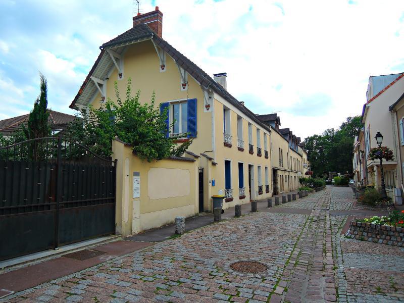 La rue Ollivier Beauregard est située dans le quartier historique et classé de la Ville