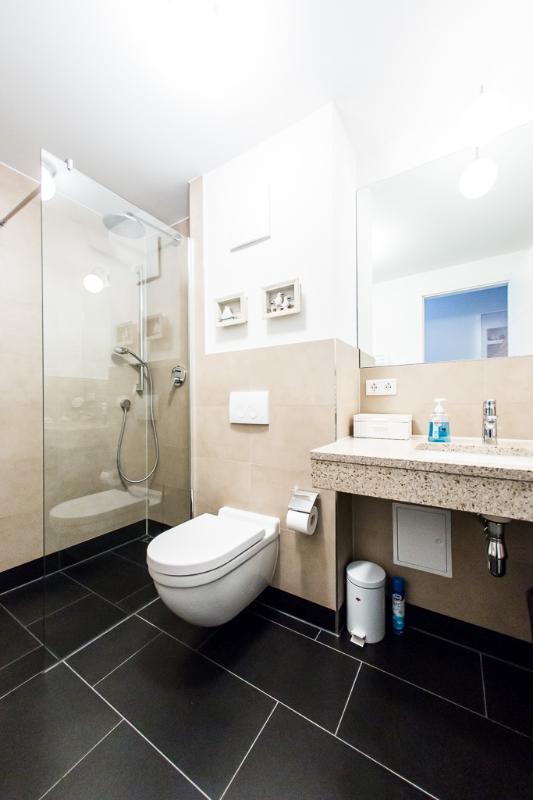 Salle de bains avec douche de pluie