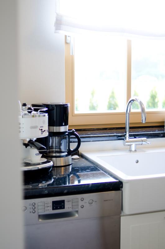 Cuisine avec machine à café et expresso