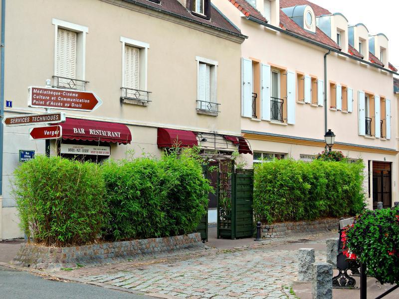 Le restaurant du parc  est situé à quelques pas seulement  de la maison, au bout de la rue..