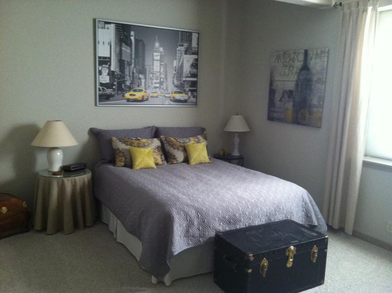 Basement Bedroom (queen bed)