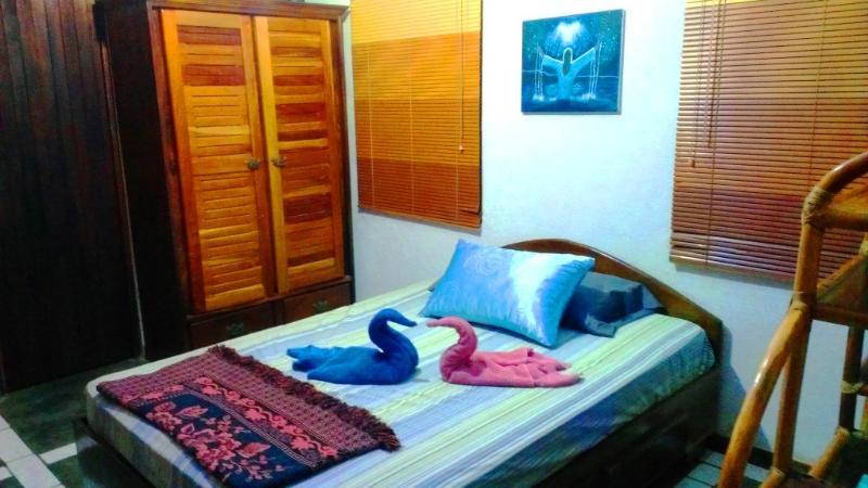 Dormitorio principal con armario grande aparador madera