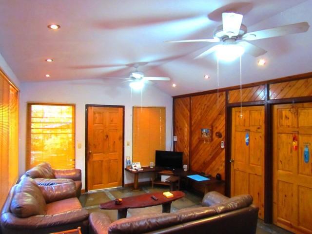 Sala de estar con luz blanca empotrada iluminación