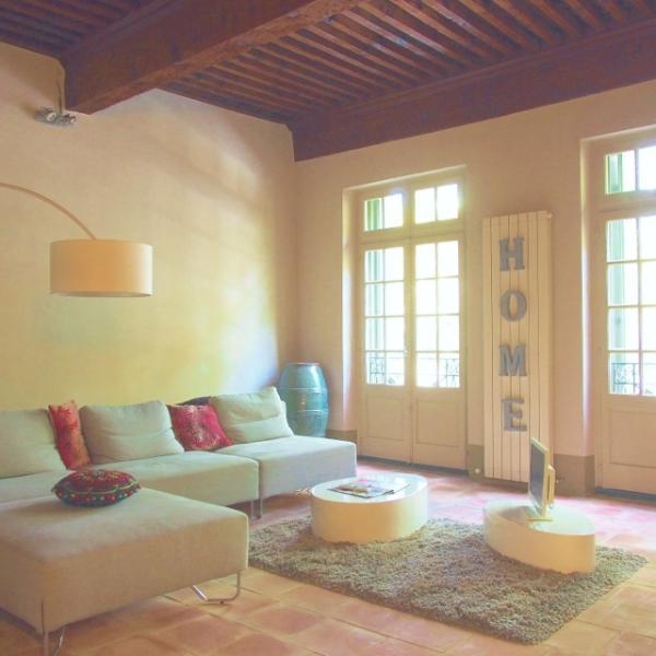 Wohnzimmer, verfeinert mit großen Fenstern öffnen sich auf den Place Aux Herbes und kühlen, Gestaltung
